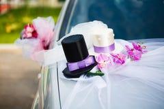 婚礼与两顶高顶丝质礼帽的汽车装饰 免版税库存照片