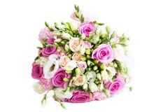 婚礼与在白色背景隔绝的白色和桃红色玫瑰的花花束 库存图片