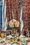 婚礼与户内花和板材的桌装饰 免版税图库摄影
