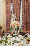 婚礼与户内花和板材的桌装饰 免版税库存图片