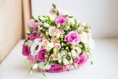 婚礼与桃红色玫瑰的花花束 免版税库存照片