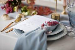 婚礼与植物布置的表设置 免版税图库摄影