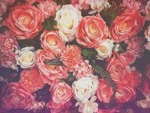 婚礼与玫瑰丛毛茛属asiaticus的花束花作为背景葡萄酒过滤器 库存图片