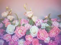 婚礼与玫瑰丛毛茛属asiaticus的花束花作为背景葡萄酒过滤器 图库摄影