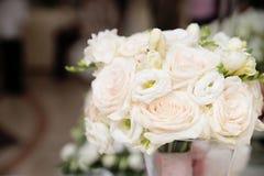 婚礼与玫瑰的花花束 活动 图库摄影