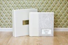 婚礼与皮革的照片书结合了盖子和金属盾 免版税库存图片