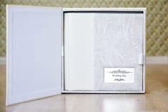 婚礼与皮革的照片书结合了盖子和金属盾 免版税图库摄影