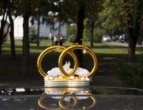婚礼与花和圆环的汽车装饰 免版税库存图片