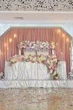 婚礼与花薄纱和折衷枝形吊灯的桌装饰 免版税图库摄影