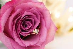 婚礼与金刚石和玫瑰色花的金戒指 库存图片