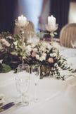 婚礼与经典椅子的桌设置,在宴会restoraunt的典雅的floristics装饰 花卉构成 免版税库存图片