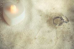 婚礼之日圆环在光滑和软的口气背景中 免版税库存图片