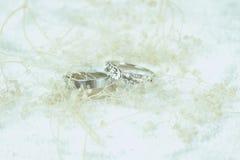婚礼之日圆环在光滑和软的口气背景中 库存照片