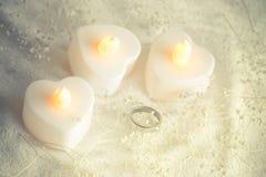 婚礼之日圆环在光滑和软的口气背景中 免版税图库摄影