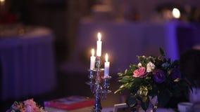 婚礼之日蜡烛是美丽的装饰在餐馆 股票录像