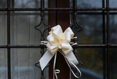 婚礼之日,在房子的装饰的窗口,欢乐丝绸碗 库存图片