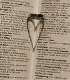 婚礼乐队投下的心脏阴影 免版税库存照片