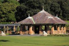 婚礼亭子在玫瑰园里 免版税图库摄影