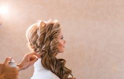 婚礼做补偿新娘的化妆师 户内美丽的性感的式样女孩 有卷发的秀丽白肤金发的妇女 免版税库存照片