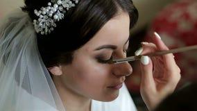 婚礼做补偿新娘的化妆师 股票录像