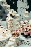婚礼充分棒棒糖的部分的垂直的射击鲜美果冻、糖果和macarons 桌的可爱的装饰 库存图片