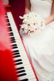婚礼兰花花束在新娘的手上 免版税库存图片