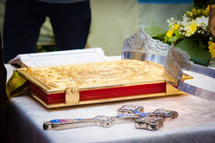 婚礼冠、十字架和圣经 库存照片