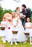 婚礼加上和鼓吹爱情与和平的嬉皮士鸠 库存照片