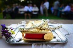 婚礼加冠,圣经,板材,酒馅的巧克力 免版税库存图片