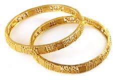 婚礼印第安新娘的金镯子 免版税库存照片