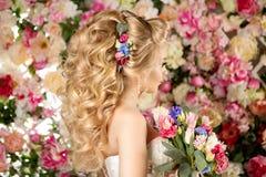 婚礼发型一个女孩 新娘 有花的妇女在她 免版税库存图片