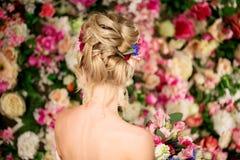 婚礼发型一个女孩 新娘 有花的妇女在她 免版税库存照片