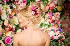 婚礼发型一个女孩 新娘 有花的妇女在她 图库摄影