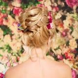 婚礼发型一个女孩 新娘 有花的妇女在她 免版税图库摄影