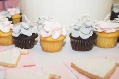 婚礼和新娘阵雨杯形蛋糕和曲奇饼 免版税库存图片