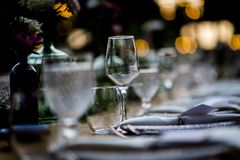 婚礼和社交活动的豪华表设置 免版税库存图片