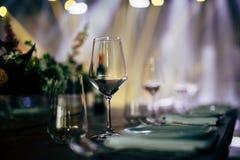 婚礼和社交活动的豪华表设置 免版税库存照片