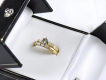 婚礼和金刚石在被打开的首饰盒的定婚戒指 免版税库存照片