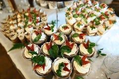 婚礼品种夏天点心用新鲜水果和莓果在用打好的奶油与鲜美自助餐颜色装饰的蛋糕,糖果 库存照片