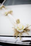婚礼在一辆白色汽车的装饰花 免版税库存图片