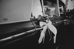 婚礼在一辆经典汽车的装饰品装饰 黑色白色 免版税库存图片