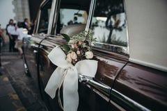 婚礼在一辆经典汽车的装饰品装饰 免版税库存图片