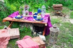 婚礼在土气样式装饰的桌设置 婚礼inspira 库存图片