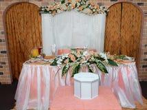 婚礼在土气装饰装饰的桌设置 免版税库存图片