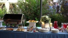 婚礼在婚礼的桌招待会在公园 股票视频