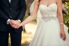 婚礼在室外婚礼期间的夫妇特写镜头 图库摄影