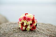 婚礼在岩石的花束花 库存照片