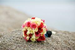 婚礼在岩石的花束花 免版税库存照片