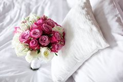 婚礼在床上的花束花 免版税库存图片