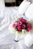 婚礼在床上的花束花 库存图片